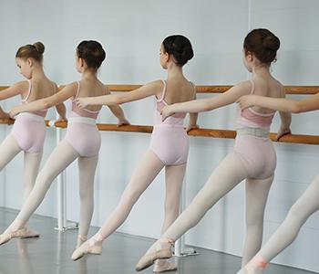 対象:小学1年生〜3年生  初歩クラス 足・腕のポジションをなど、基礎を学ぶ