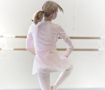 対象:中学生〜大人  上級クラス バレエ作品を踊る上で必要な、高度なテクニックと表現力を追求